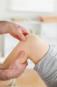 Guy massaging a knee FYI00487594