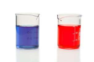 Red and blue liquid in beakers FYI00487716