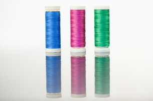Colorful spools of thread on a table FYI00487910