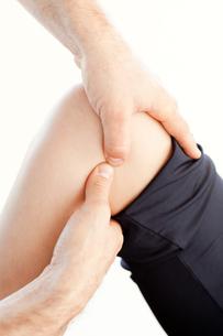 Close up of a professional man doing a massage FYI00488292