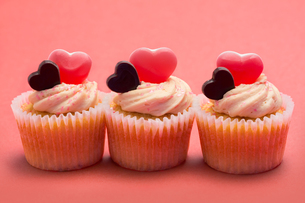 Three valentines cupcakes in a row FYI00488552