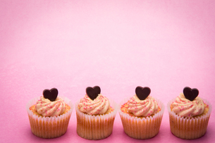 Four valentines cupcakes in a row FYI00488588