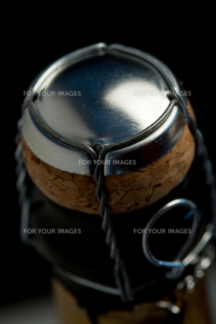 Overhead of top of champagne bottle FYI00488708