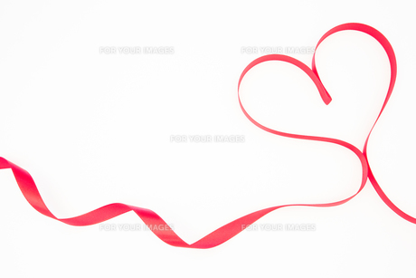 Pink ribbon shaped into heart with copy space FYI00488737
