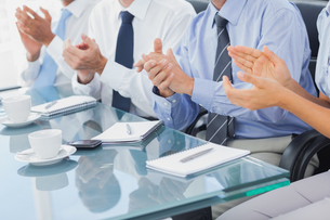 Group of business people applauding in the boardroomの素材 [FYI00488866]