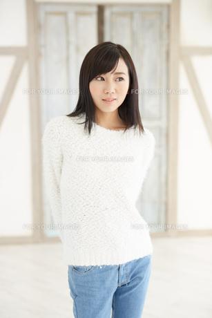 爽やかな黒髪の女性 FYI00489326