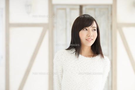 爽やかな黒髪の女性 FYI00489345