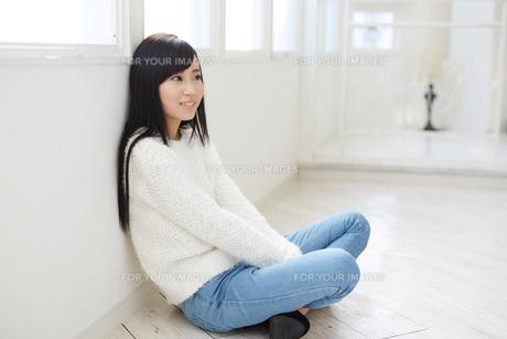 黒髪の爽やかな女性 FYI00489357