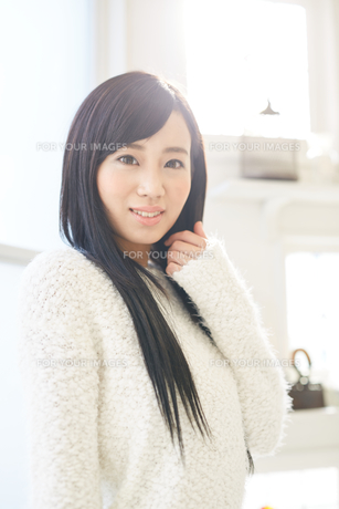 黒髪の爽やかな女性 FYI00489364
