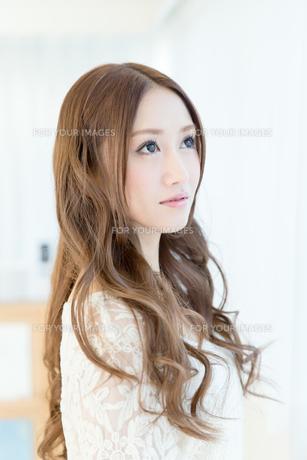 巻き髪の女性 FYI00490146