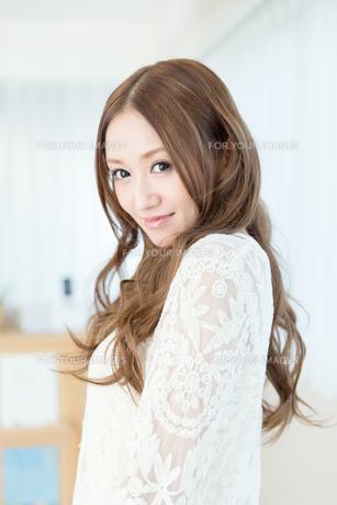 巻き髪の女性 FYI00490154