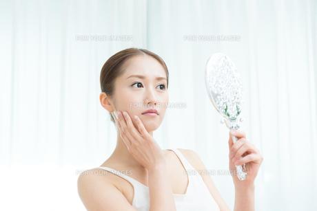 鏡を覗き込む女性 FYI00490156