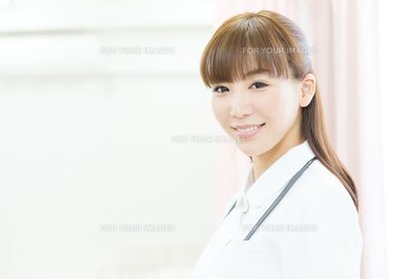 白衣の医療スタッフ FYI00490458