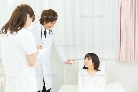 入院中の患者と医療スタッフ FYI00490547