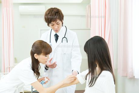 入院中の患者と医療スタッフ FYI00490549
