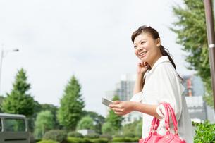 屋外で携帯電話を使う女性 FYI00490782