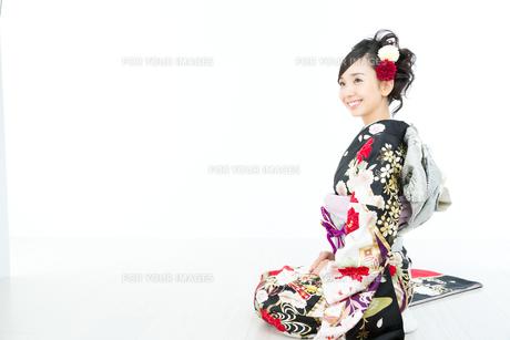 白背景で黒い振袖を着た女性 FYI00490876
