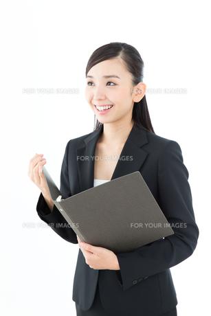 白背景のビジネスウーマン FYI00490960