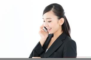 携帯電話を使うビジネスウーマン FYI00490977