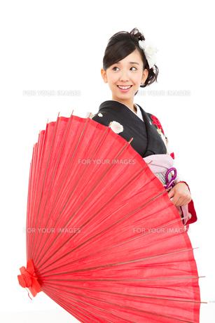 黒い振袖を着た女性 FYI00490988
