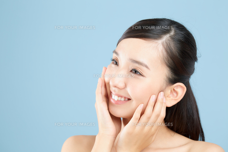 肌の綺麗な女性 FYI00491036