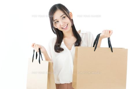 紙袋を持つ若い女性 FYI00491153