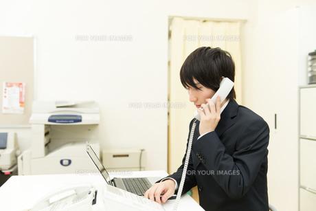 オフィスのビジネスマン FYI00491166