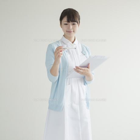 体温計とカルテを持つ看護師 FYI00491249
