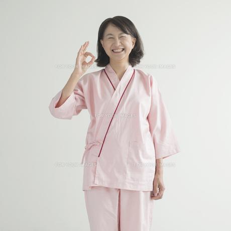 OKポーズをする患者 FYI00491257