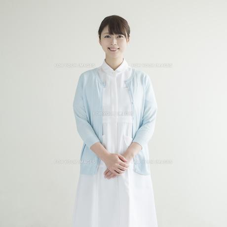 微笑む看護師 FYI00491259