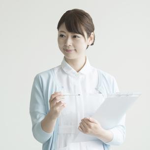 体温計とカルテを持つ看護師 FYI00491260