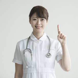 指差しをする看護師 FYI00491270