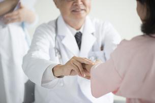患者の脈を測る医者 FYI00491271