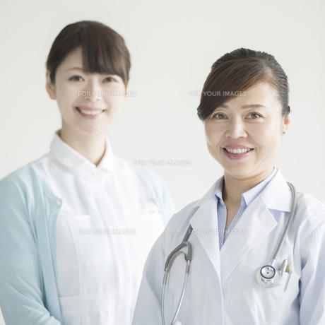微笑む女医と看護師 FYI00491278