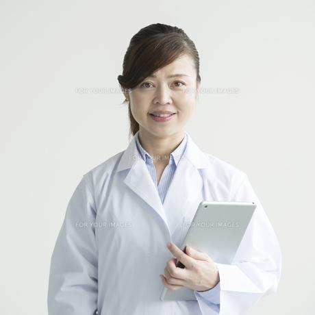タブレットPCを持ち微笑む女医 FYI00491280