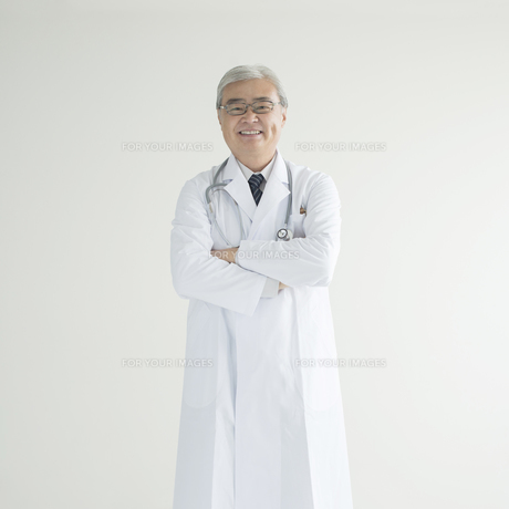 腕組みをする医者 FYI00491283