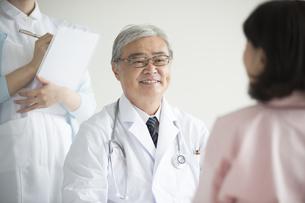 患者の診察をする医者 FYI00491284