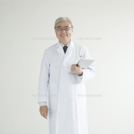 タブレットPCを持ち微笑む医者 FYI00491299