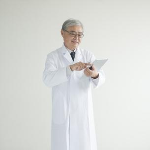 タブレットPCを操作する医者 FYI00491303