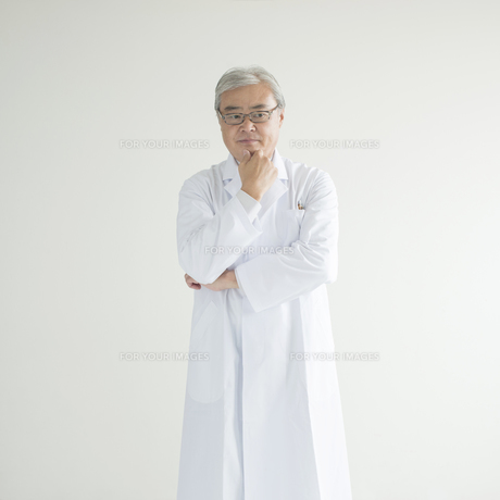考え事をする医者 FYI00491305