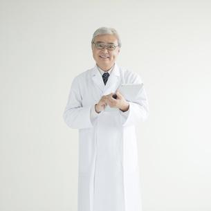 タブレットPCを持ち微笑む医者の素材 [FYI00491308]