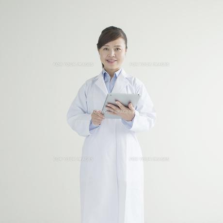 タブレットPCを持ち微笑む女医 FYI00491326