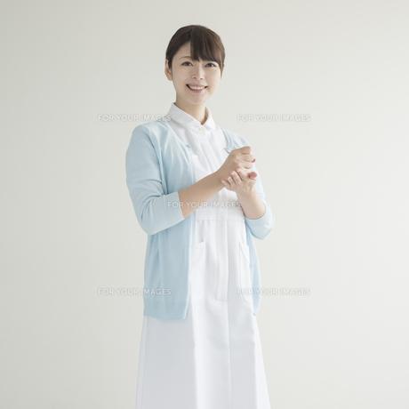 閃いたポーズをする看護師 FYI00491333