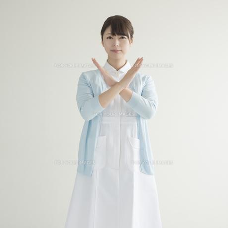 バツのポーズをする看護師 FYI00491337