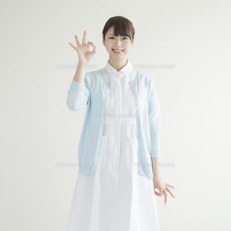 OKポーズをする看護師 FYI00491338