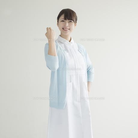 ガッツポーズをする看護師 FYI00491341