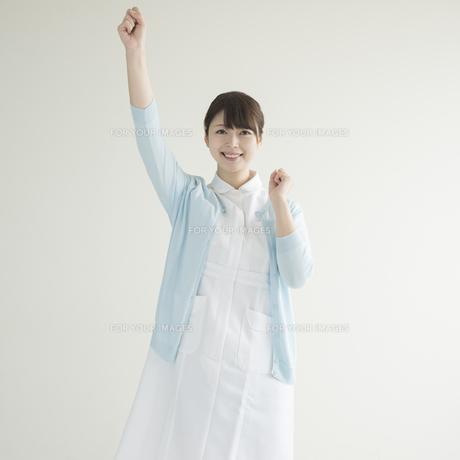 ガッツポーズをする看護師 FYI00491343