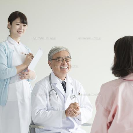患者と話をする医者と看護師 FYI00491346