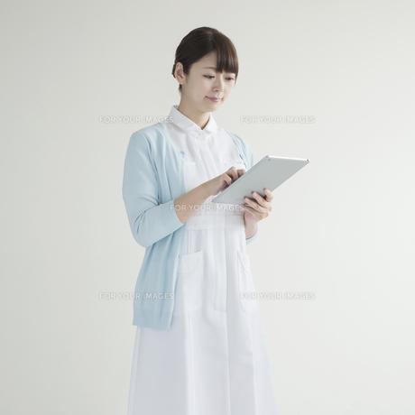 タブレットPCを操作する看護師 FYI00491361