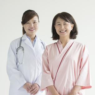 微笑む女医と患者 FYI00491362